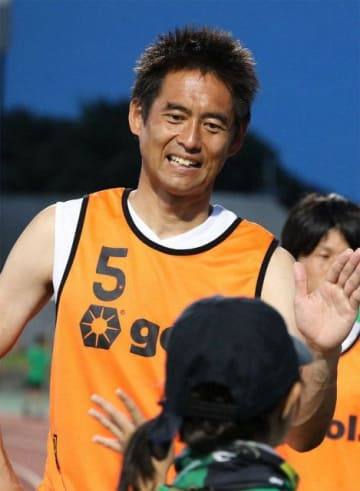 笑顔でサポーターとハイタッチを交わす川口選手=相模原市南区(過去の写真から)