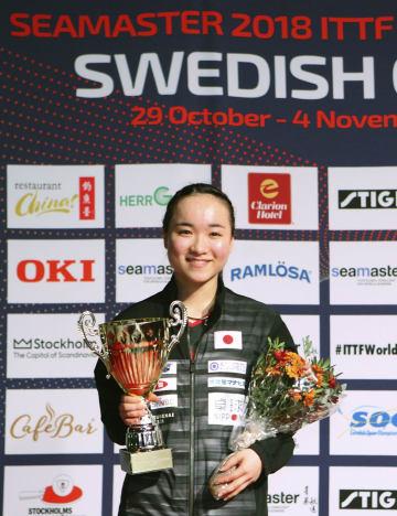 卓球のスウェーデン・オープン女子シングルスで優勝し笑顔の伊藤美誠=ストックホルム(ITTF提供・共同)