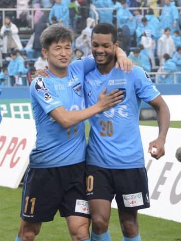 終盤に途中出場し、逆転勝ちを喜ぶ横浜FC・三浦(左)