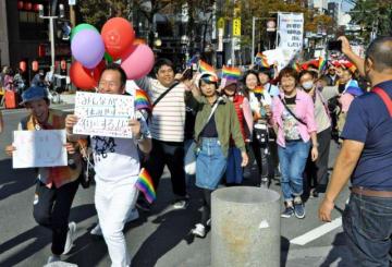 パレードに参加した本県のLGBT交流会「レインボービュー宮崎」のメンバーら=4日午後、福岡市