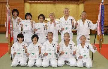 柔道で初のアベック優勝を果たし喜ぶ宮崎日大の選手=ツワブキ武道館柔道場