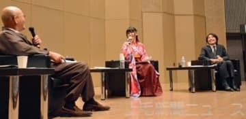 小栗の顕彰について語り合う(右から)手島さん、小栗さん、村上さん