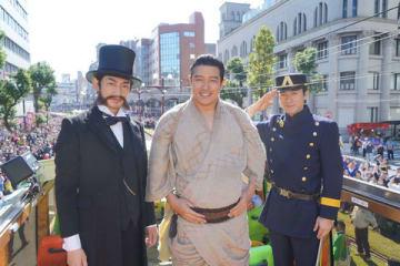 鹿児島のおはら祭にてパレードに参加した(左から)瑛太さん、鈴木亮平さん、田上晃吉さん (C)NHK