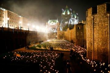 多数の灯火とロンドン塔=4日、ロンドン(ロイター=共同)