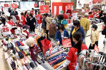 百貨店の感謝セールで品定めをする買い物客=広島市中区