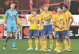 札幌に0-1と惜敗し、うなだれる仙台イレブン(小林一成撮影)
