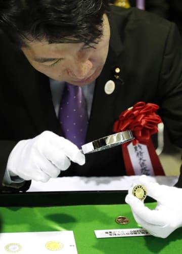 天皇陛下在位30年を記念し、打ち初めされた1万円金貨=5日午後、大阪市の造幣局