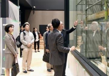 リニューアルオープンに向けて準備が進む熊本博物館を見学する同館協議会の識者ら=熊本市中央区