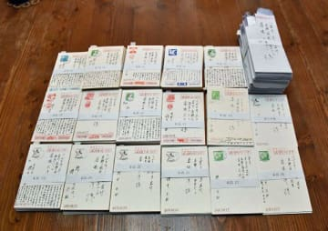 桜井さんが生前、入院中の番場さんに送ったはがきや封書。16年間で836通にも及ぶ