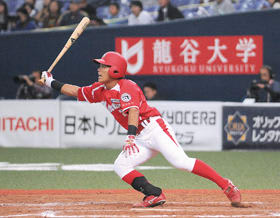 【東海理化―室蘭シャークス】9回2死一塁から起死回生の同点の三塁打を放つ田中