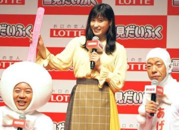「雪見だいふく」の新CM発表会に登場した土屋太鳳さん(中央)と「バイきんぐ」