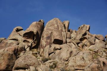 岩絵と怪石が織り成す秘境の景観 内モンゴル自治区マンデラ山