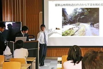 【スクリーンに写真を映しながら古座川町の森林鉄道について解説する串本古座高校の生徒(和歌山県串本町串本で)】
