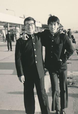桂高の修学旅行で友人と肩を組んでほほ笑む金勝孝さん(左)。韓国留学後、この笑顔は失われた=友人提供