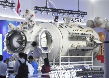 報道陣に公開された中国の宇宙ステーションの居住棟「天和号」の技術検証用モデル=5日、広東省珠海市(共同)