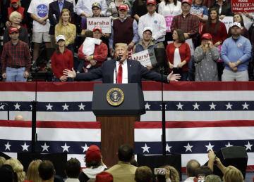 4日、米南部テネシー州の集会で演説するトランプ大統領(AP=共同)