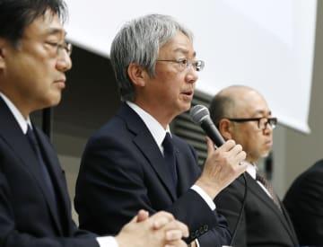 自動車の検査不正問題に関し、記者会見で報道陣の質問に答える中村知美社長(中央)=5日午後、東京都港区