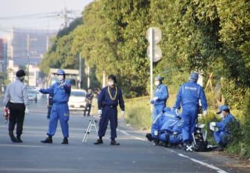 軽乗用車の助手席で西野郁子さんの遺体が発見された現場を調べる鹿児島県警の捜査員ら=5日午後、鹿児島市
