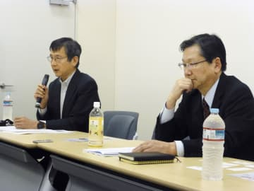 国会内で記者会見する山本晴太弁護士(左)と川上詩朗弁護士=5日午後