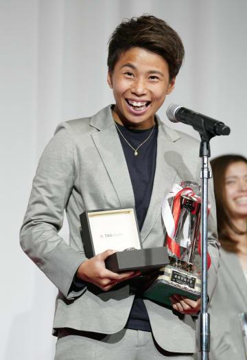 最優秀選手賞に選ばれ、笑顔であいさつする日テレの田中美南=5日、東京都内のホテル