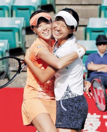 女子ダブルスで優勝し、抱き合い喜ぶ林恵里奈(左)、内島萌夏組=大阪府大阪市のITC靱テニスセンター