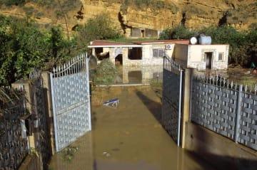4日、イタリアのシチリア島パレルモ近郊にある浸水した家屋。この家屋で親族ら9人が死亡した(AP=共同)