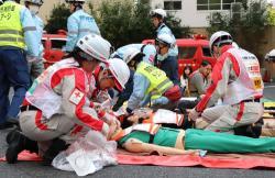 外国人を含む観光客の救護訓練にあたる災害派遣医療チーム(京都市上京区・西陣織会館)