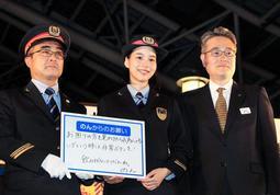 ホーム上の安全のため、過度な飲酒への注意などを呼び掛けるのんさん=5日夕、JR大阪駅(撮影・大山伸一郎)