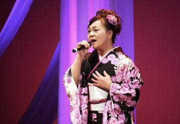 あでやかな衣装に身を包み、美しい歌声を披露する出演者=佐世保市コミュニティセンター
