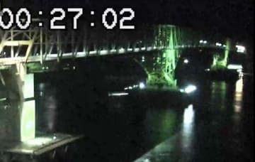 中央と奥の橋脚の間を航行する貨物船が衝突する直前の大島大橋(アイ・キャン提供)