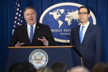 5日、イラン制裁を巡り、ワシントンで記者会見するポンペオ米国務長官(左)ら(AP=共同)