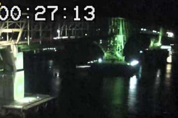 貨物船が衝突後、照明が消えた大島大橋(アイ・キャン提供)