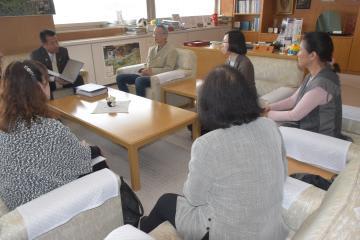 山田修村長(奥左)に意見をぶつける村民たち=東海村役場