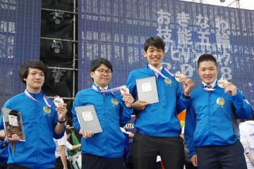 金賞を受賞した(左から)鈴木廉也さん、吉田悠太さん、沼畑辰也さん、長島礼幸さん=沖縄県内(県提供)
