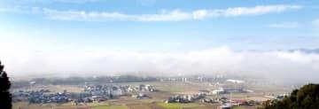 濃い霧に覆われた福井県福井市方面=11月5日午前9時ごろ、坂井市丸岡町上久米田の六呂瀬山から
