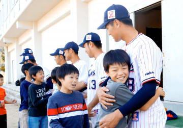 ヤクルトスワローズの選手に抱きつく子どもたち=5日、大洲市阿蔵