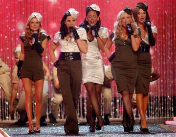 2007年11月、米カリフォルニア州でショーに出演したスパイス・ガールズのメンバーら(ロイター=共同)