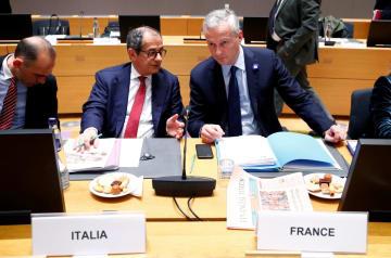 ユーロ圏財務相会合に出席したイタリアのトリア経済財務相(右から2人目)=5日、ブリュッセル(ロイター=共同)