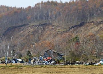 地震発生から2カ月を迎えた北海道厚真町吉野地区=6日午前