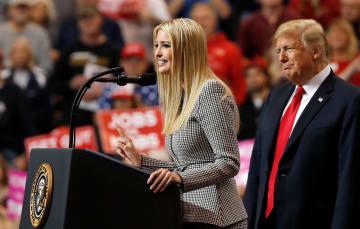トランプ米大統領(右)と演説する長女のイバンカ大統領補佐官=5日、米オハイオ州クリーブランド(ロイター=共同)