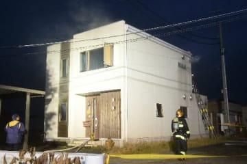 全焼した住宅=5日午後4時50分ごろ、十和田市