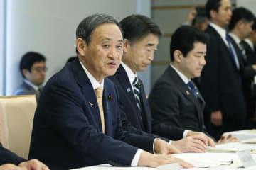 給与関係閣僚会議であいさつする菅官房長官=6日午前、首相官邸
