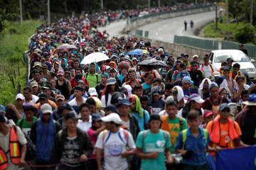 5日、米国を目指してメキシコ南部を歩く移民(ロイター=共同)