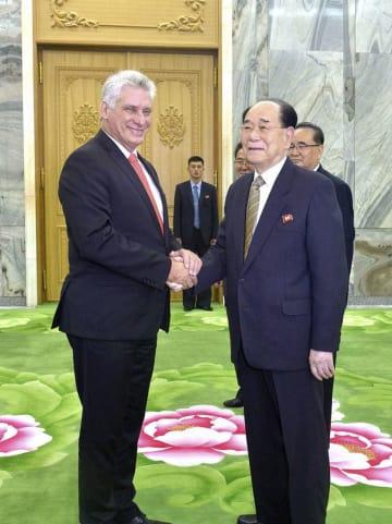 5日、北朝鮮・平壌で握手する、キューバのディアスカネル国家評議会議長(左)と北朝鮮の金永南最高人民会議常任委員長(朝鮮通信=共同)