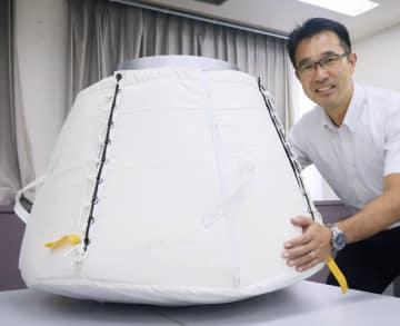「こうのとり」7号機に積み込んだ小型回収カプセルの実物大模型=茨城県つくば市