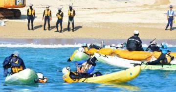 カヌーでキャンプ・シュワブの沿岸に近づき、海上保安官に拘束される市民ら=6日、名護市・大浦湾