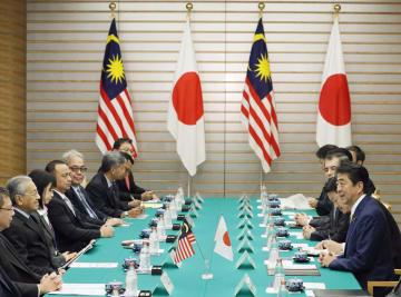 マレーシアのマハティール首相(左から2人目)と会談する安倍首相(右端)=6日午後、首相官邸