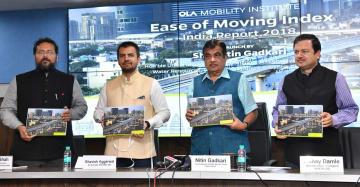 1日、ニューデリーで移動手段に関する報告書を披露するガドカリ陸運・幹線道路相(右から2人目)ら=インド政府提供