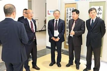 【愛須貴志校長(右から4人目)の案内で校内を見学する台湾の教育関係者=和歌山県串本町串本で】