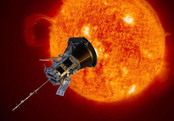 太陽に近づく無人探査機「パーカー・ソーラー・プローブ」の想像図(NASA提供・共同)